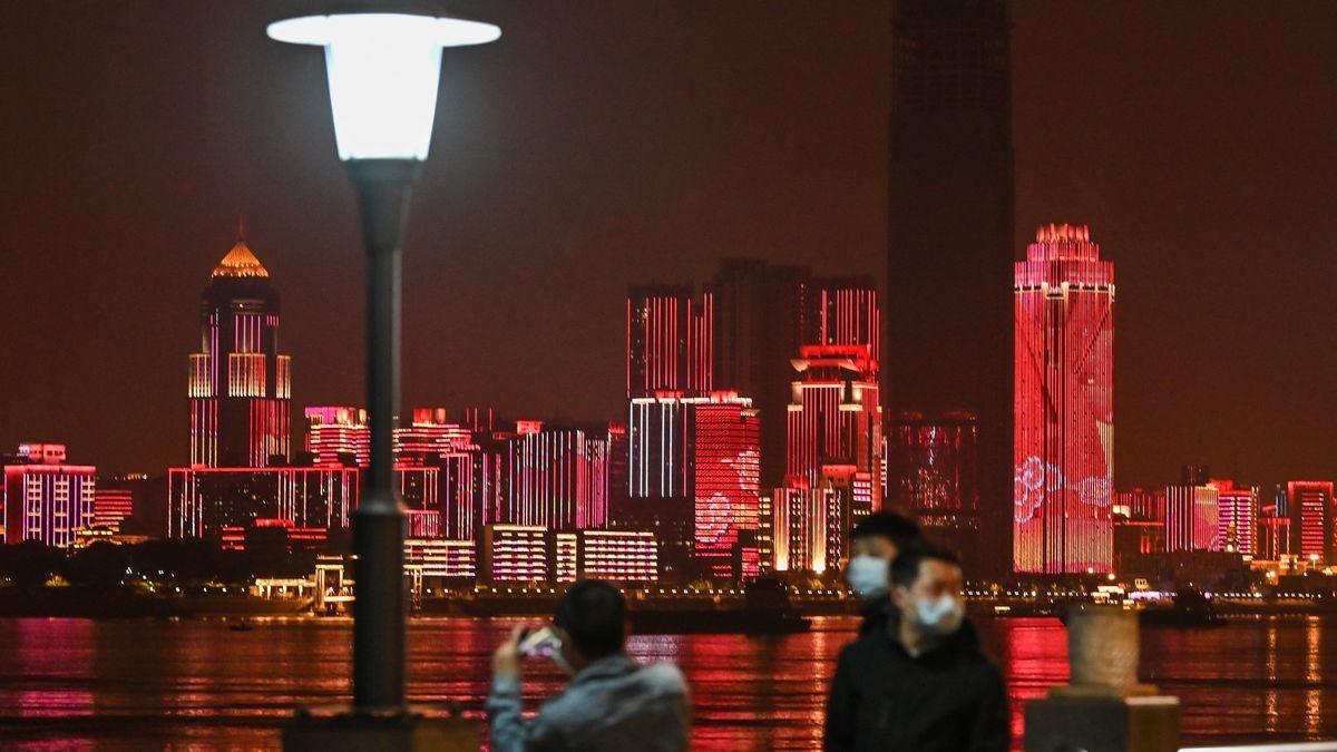 Čína dál zvolňuje, otevře Wu-chan. Žluté hory byly přeplněné turisty