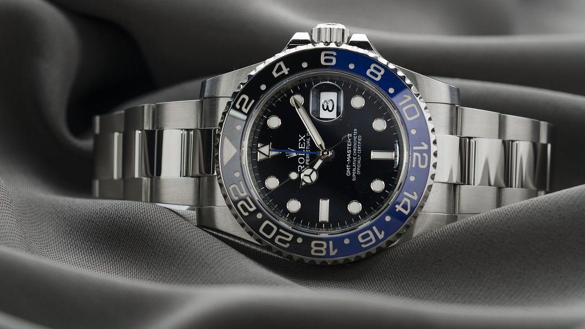 Trh sluxusními hodinkami vzdoruje krizi. Pomáhá mu iJames Bond