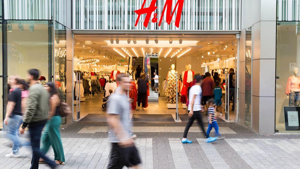 Hoď do stroje svetr, vyjede ti šála. H&M recykluje staré šaty
