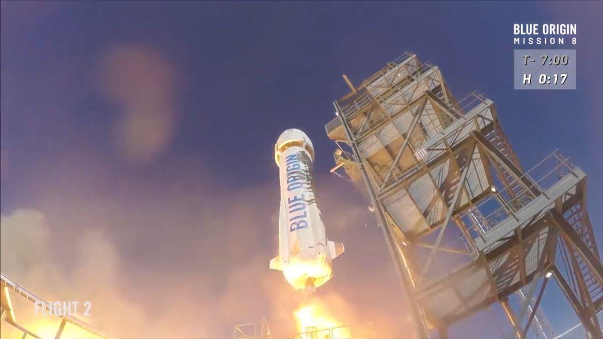 Je Bezosova raketa lepší než Muskova? 5faktů oletu nejbohatšího muže světa