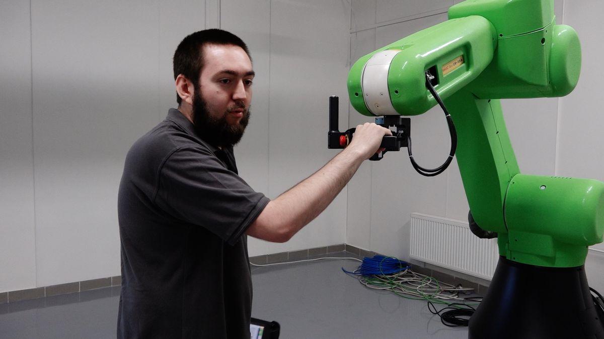 Roboty vypustili z ochranných klecí. V Ostravě spolupracují s lidmi a přitom jim neublíží