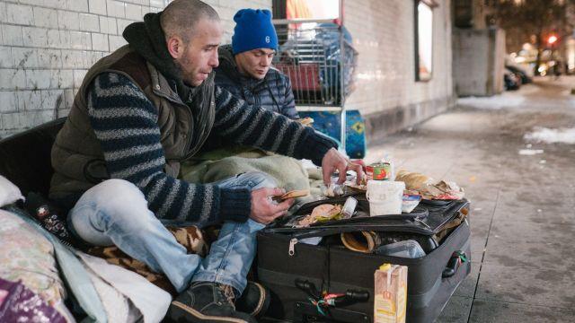 Dobří lidé ještě žijí. Soucitní sousedé nosí v Ostravě promrzlým bezdomovcům do veřejné lednice salámy, sýry, ale i peníze