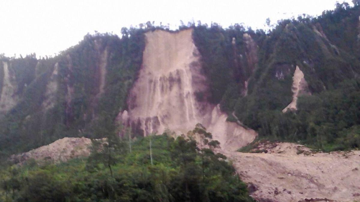 Po ničivém zemětřesení postihly Papuu-Novou Guineu sesuvy půdy, mrtvých jsou tři desítky