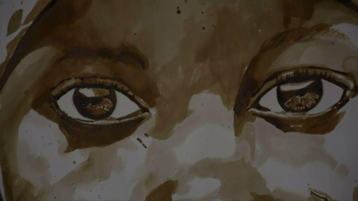Nigerijský malíř maluje obrazy kávou. Zobrazuje v nich příběhy terorismu nebo chudoby