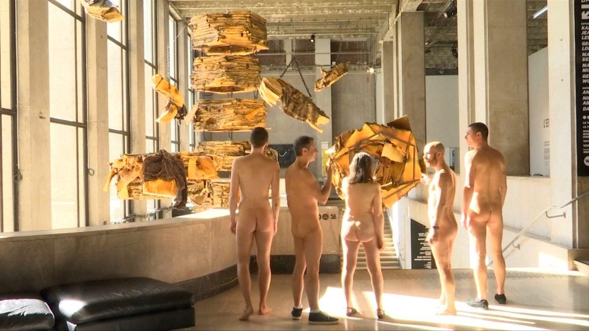 Nudisté v galerii. Slavný pařížský stánek nechal prohlížet moderní umění nahaté návštěvníky