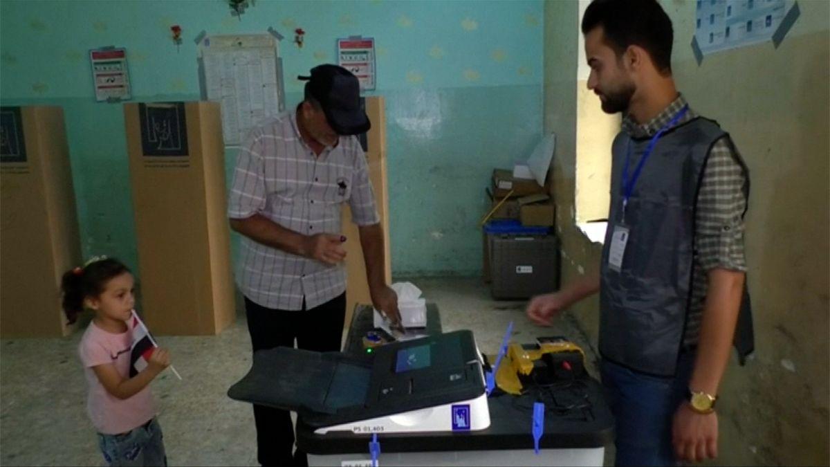 Iráčané volí poprvé od porážky samozvaného Islámského státu, favoritem je premiér