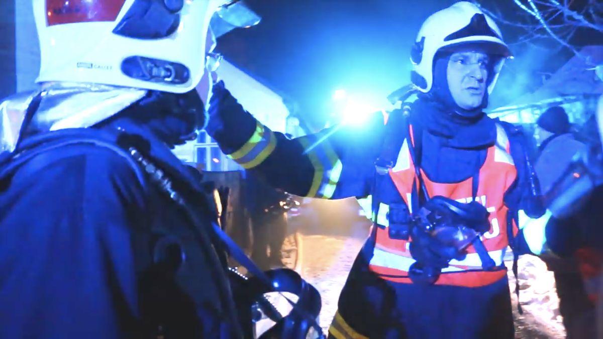 Sousedé zachránili z hořícího domu dva popálené lidi. Podívejte se na video