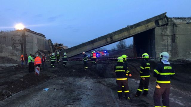 Při opravě dálnice D48 se zřítil most i s bagristou