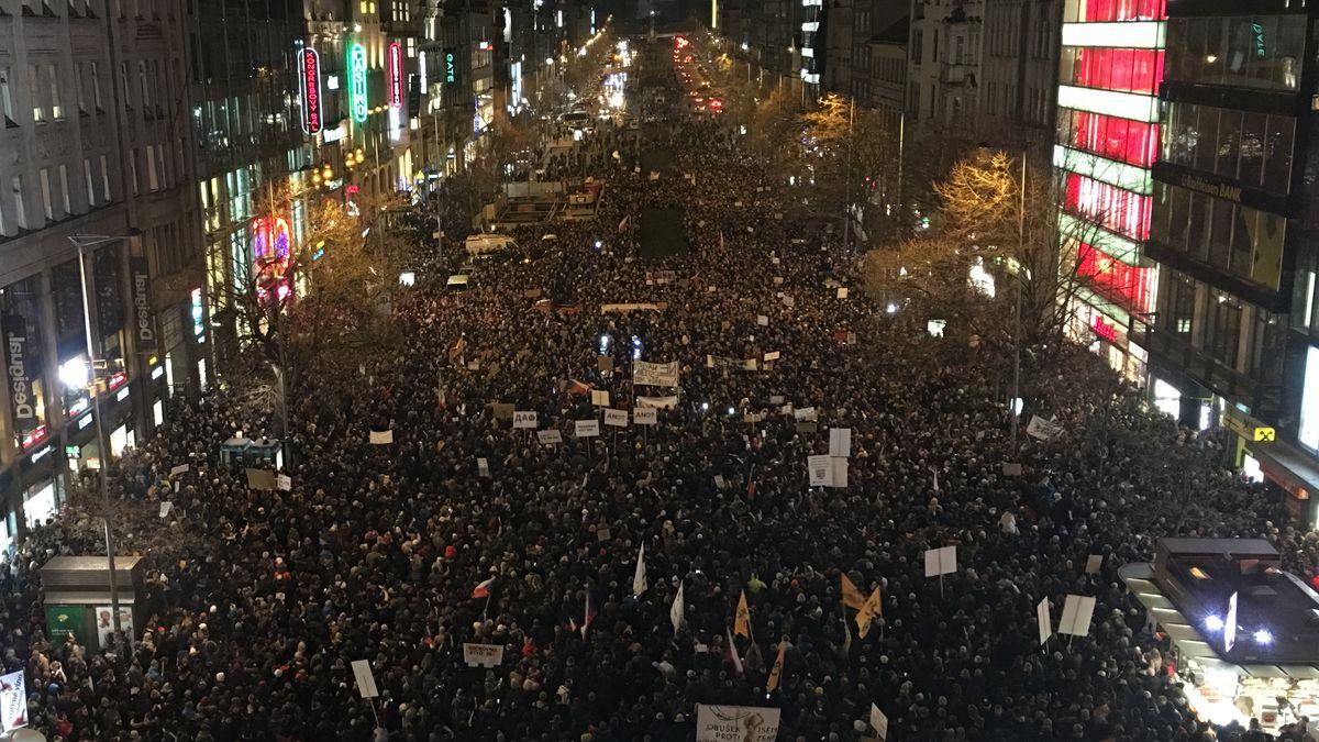 Vypadni, Ondráčku a Bureše do koše, demonstroval několikatisícový dav na Václavském náměstí