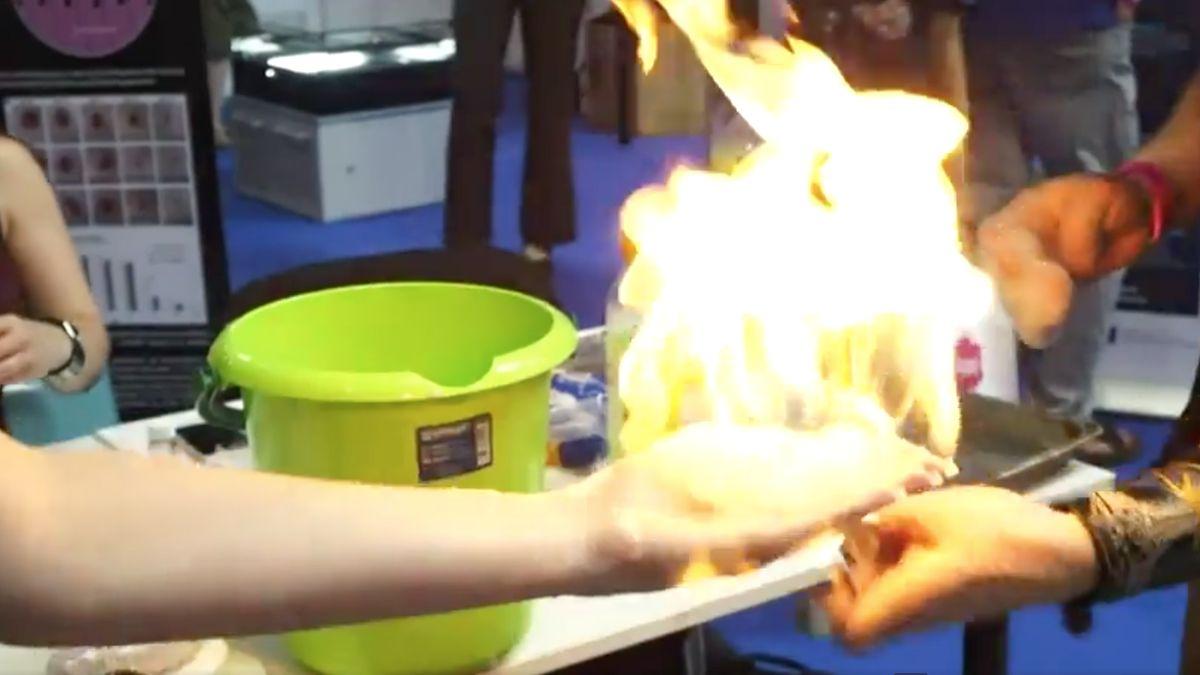 Pokusy na Veletrhu vědy. Reportérka si nechala zapálit ruku, projít můžete i Domem nanohrůzy