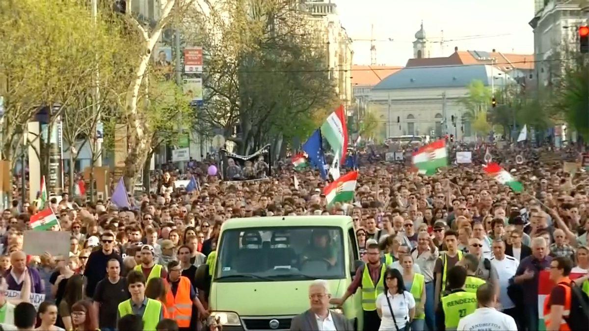 100 000 Maďarů v ulicích Budapešti. Protestovali proti Orbánově vládě