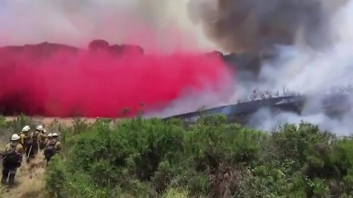 Video: Hasiči v Oregonu se marně snaží zastavit oheň, uhořel traktorista