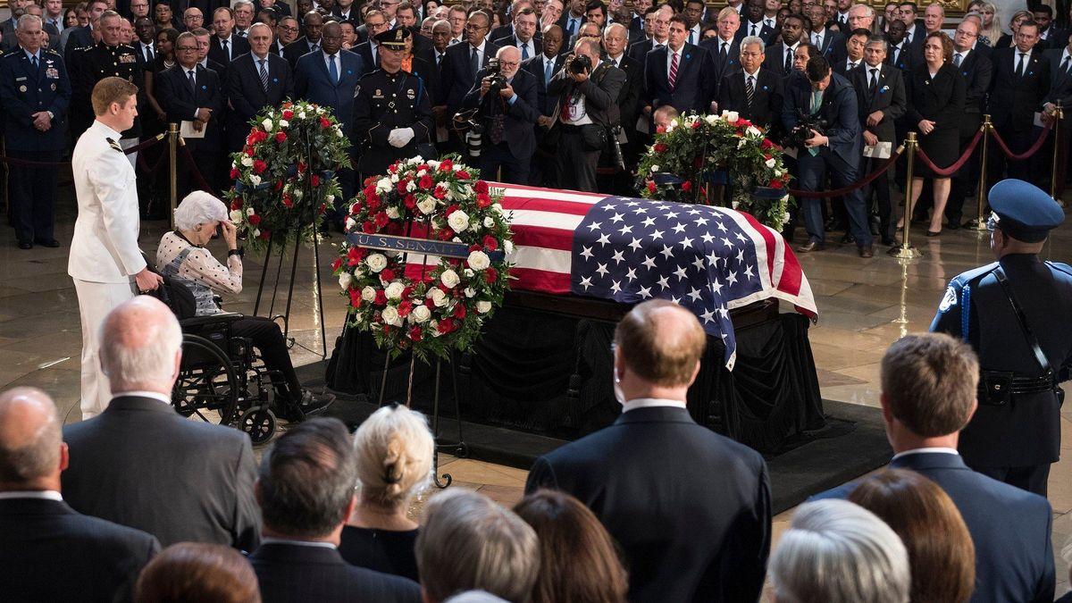 """USA se oficiálně loučily s McCainem. """"Dělal z nás lepší lidi,"""" shodli se George W. Bush s Obamou"""