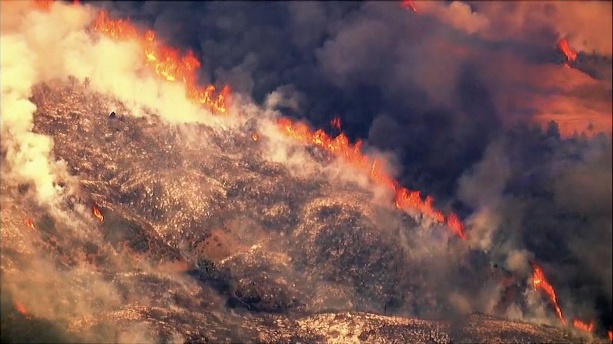 Lesní požár na severu Kalifornie vyhnal z domovů tisíce lidí