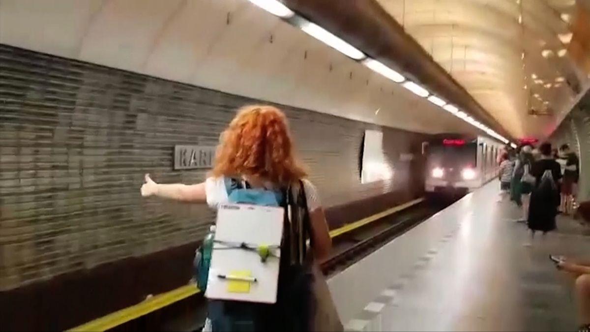 Strojvůdce metra, který pustil dívky do kabiny, už nebude řídit