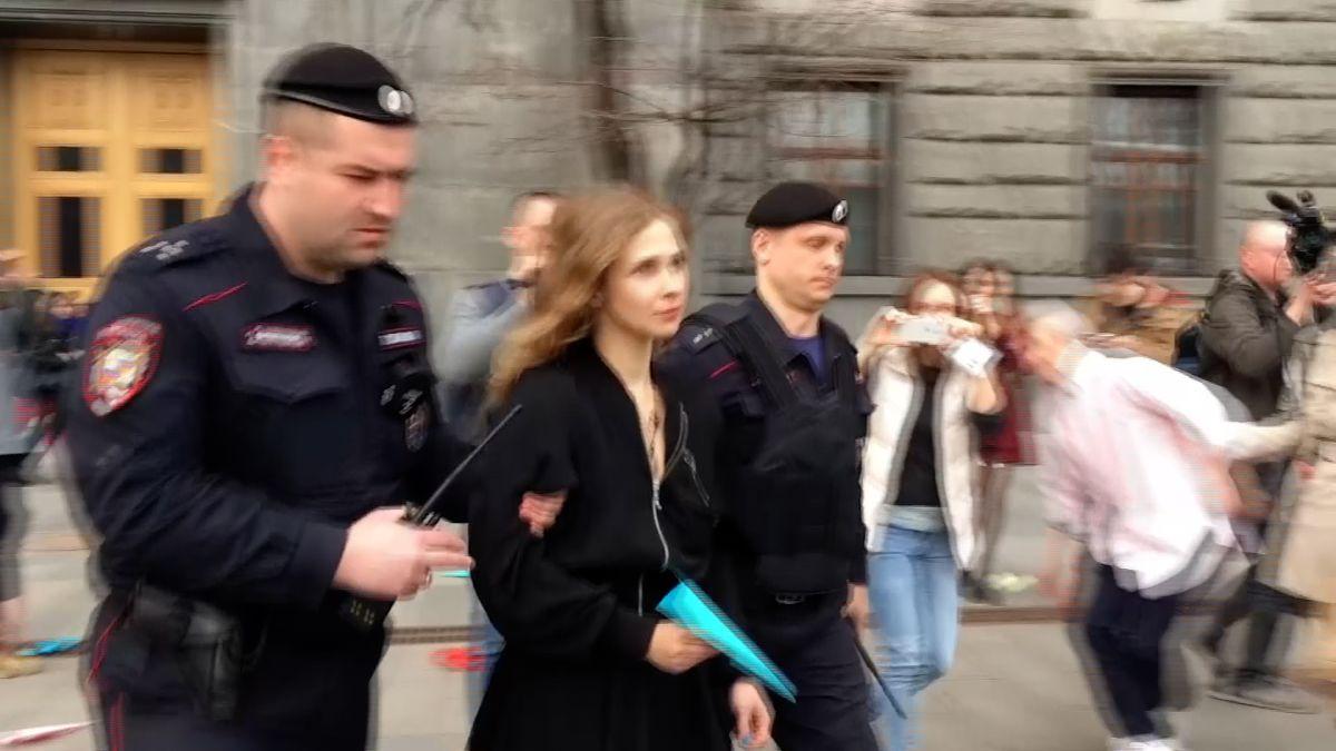 Aktivistka Pussy Riot odjela do Británie, přestože ji v tom poprvé zabránila policie
