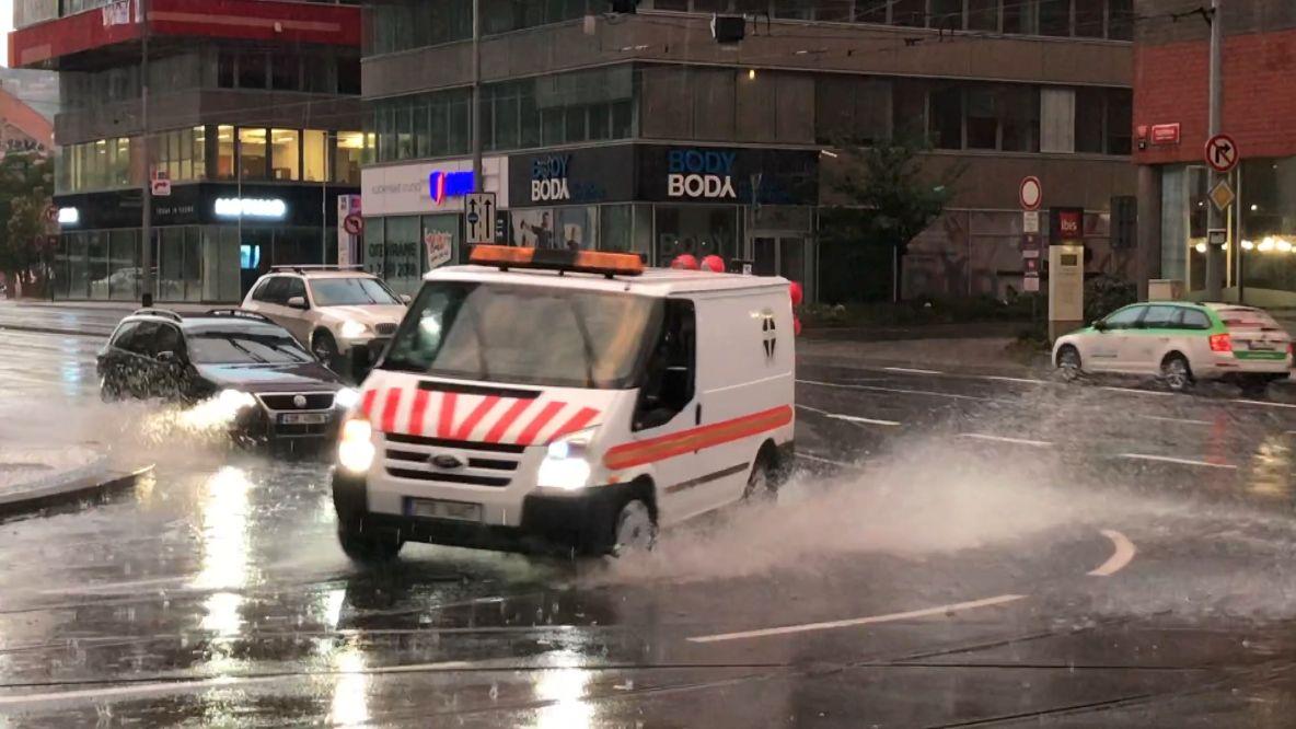 Video: Po vedrech udeřily bouřky. Hasiči museli vyjet do ulic