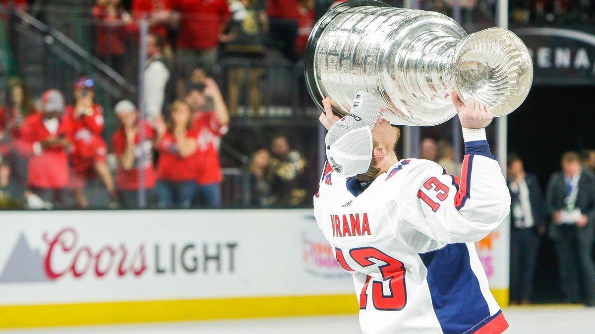 Stanley Cup bude po třech letech v Česku. Vrána s Kempným ho přivezou 11. července