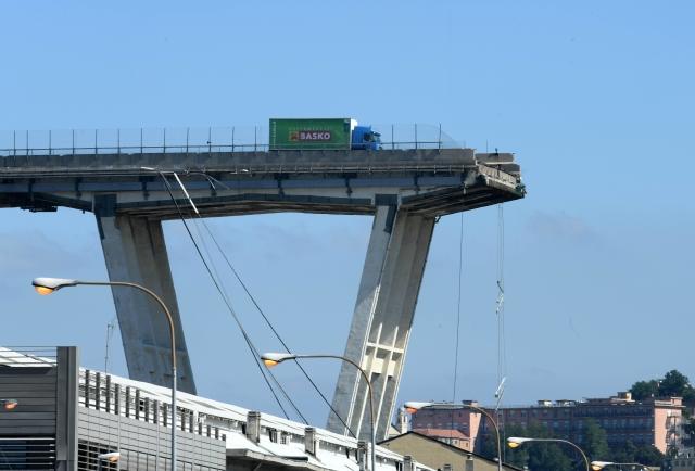 Fotka kamionu před hranou zříceného janovského mostu obletěla svět. Jak dopadl jeho řidič?