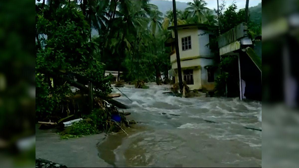 Indii zasáhly ničivé záplavy, úřady hlásí několik desítek mrtvých, letiště nepřijímá přílety