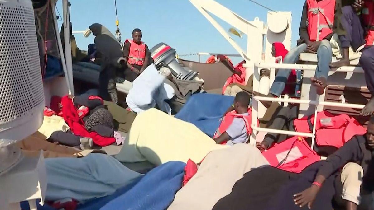 Když nepomohou země EU, hlásí se Albánie. Nabízí, že přijme 20 migrantů z lodi na Sicílii