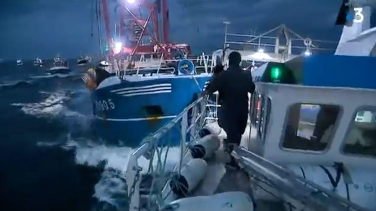 Praskaly lodě a létaly světlice. Rybáři z Francie a Británie se na moři poprali o loviště
