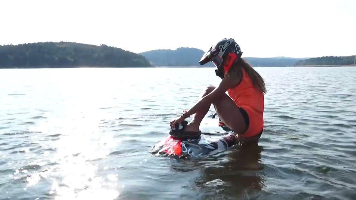 """""""Je to takový motokros na vodě,"""" říká mistryně světa v jízdě na motorovém prkně"""