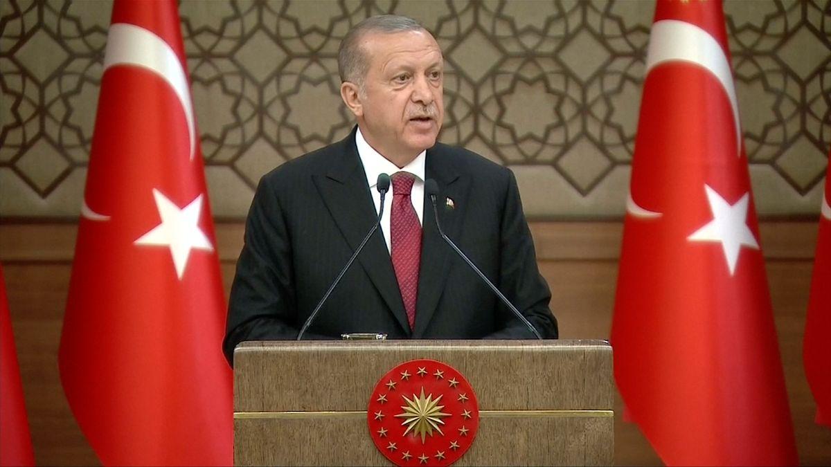 """Turecko po dvou letech ruší výjimečný stav, lidskoprávní aktivisté však varují před pouhou """"kosmetickou změnou"""""""