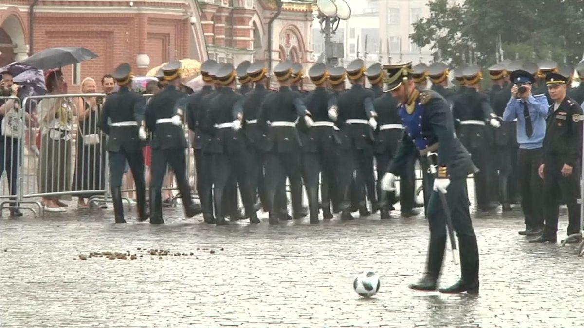Rusko zasáhla fotbalová horečka naplno, fotbal hráli i vojáci při slavnostním průvodu