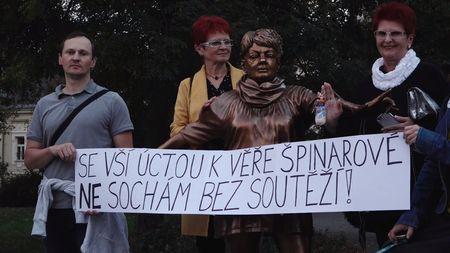 """Nová socha Věry Špinarové vcentru Ostravy budí kritiku. """"Je to hrozná ostuda,"""" říká zpěvaččinsyn"""