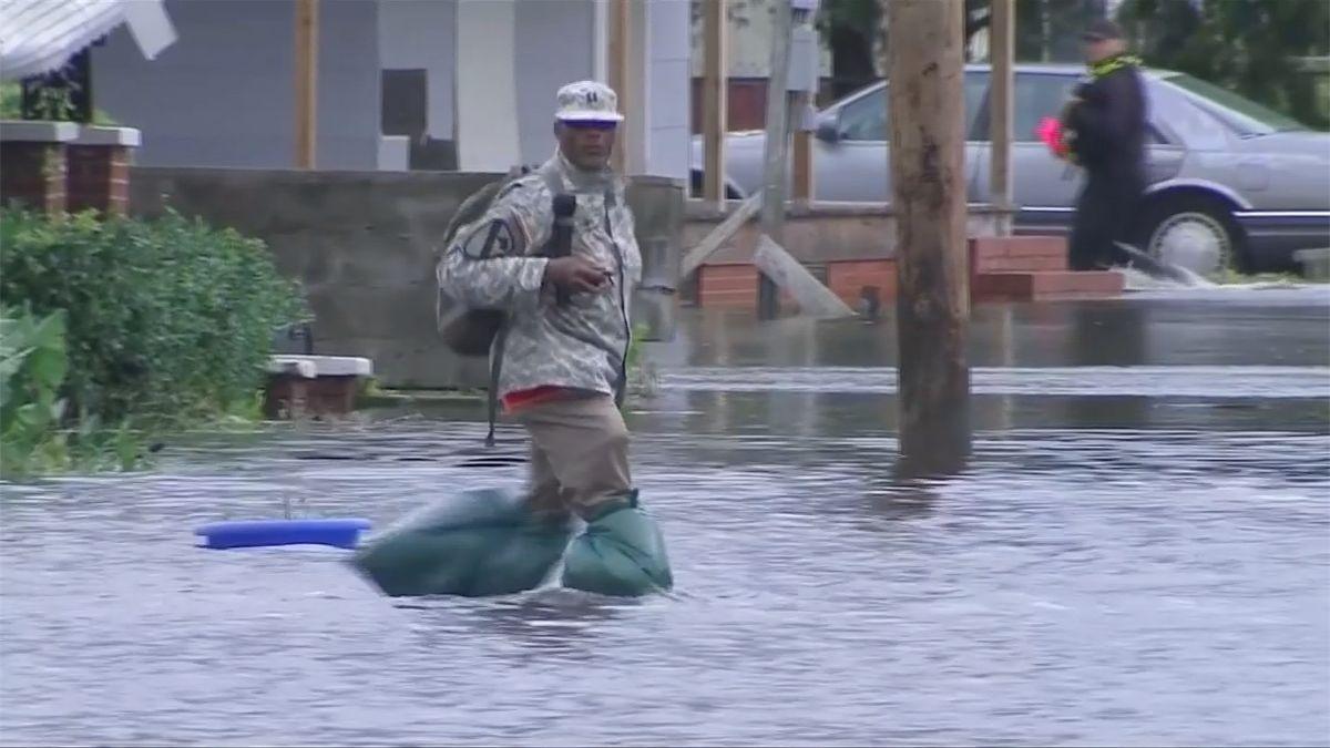 Severní Karolína očekává kvůli hurikánu nejhorší záplavy v historii, Trump vyhlásil stav přírodní katastrofy