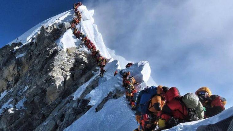 Nepál počítá mrtvé horolezce. Fronty na Mount Everestu představují velkou zátěž, zemřelo už 10lidí