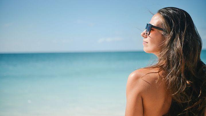 Chraňte zrak před sluncem. Na slunečních brýlích nešetřete, varuje lékařka