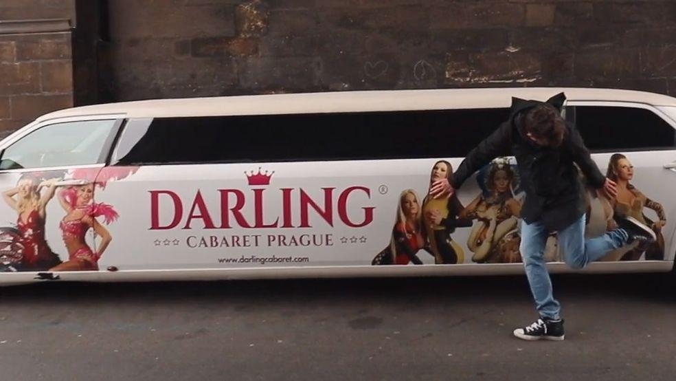 Erotická reklama, trdelníky a polské vraky. Vítejte na Královské cestě vsrdci Prahy