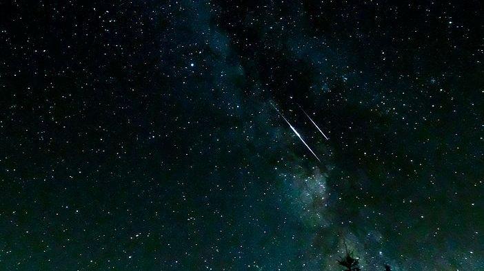 Mléčná dráha, meteorický roj Perseidy či Jupiter. Letní noční obloha opět láká kpozorování