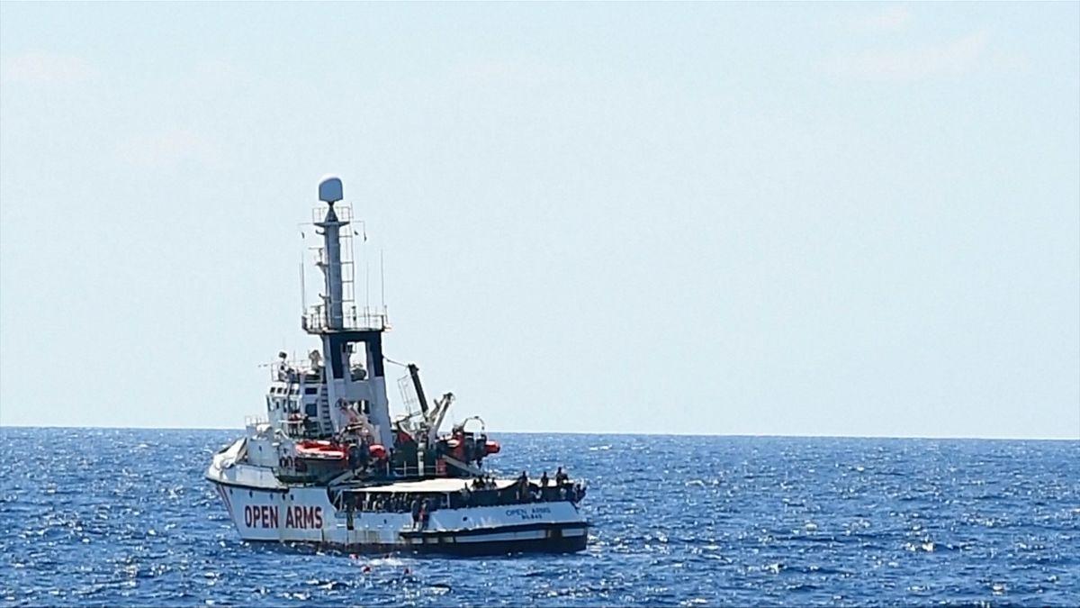Na palubě Open Arms jsou migranti vnelidských podmínkách, několik znich skočilo do moře, italská prokuratura nařídila loď zabavit
