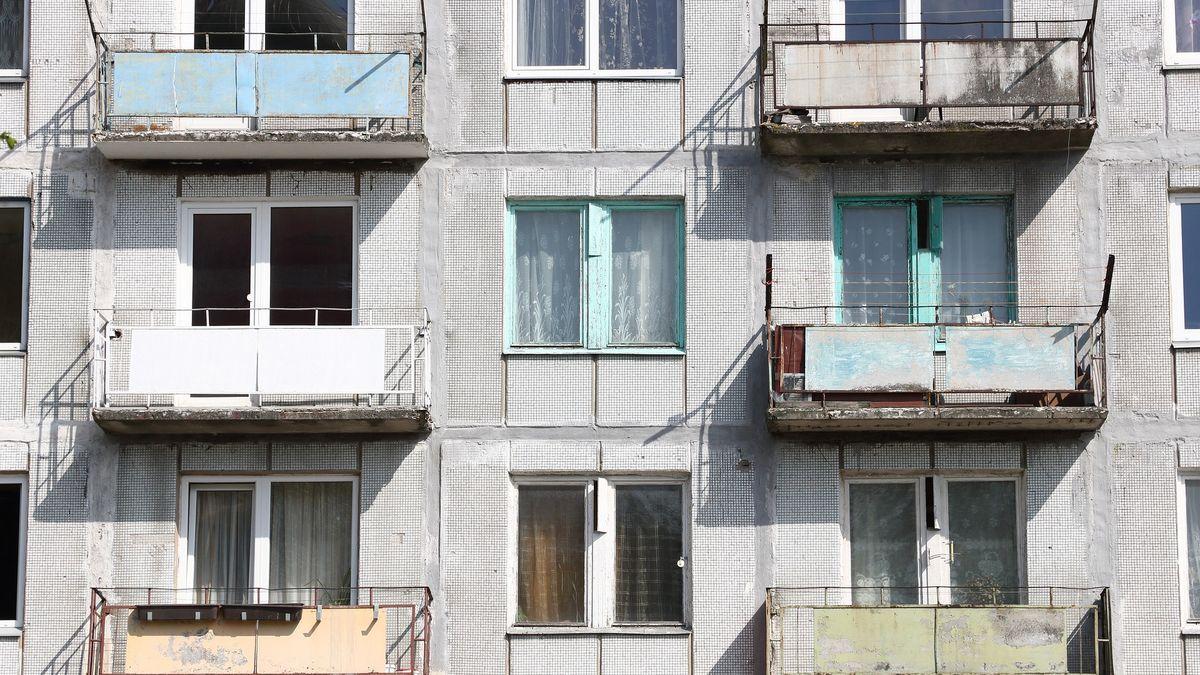 Od října je zakázáno kouřit na balkonech. Kčemu nám teď budou, ptají se Rusové