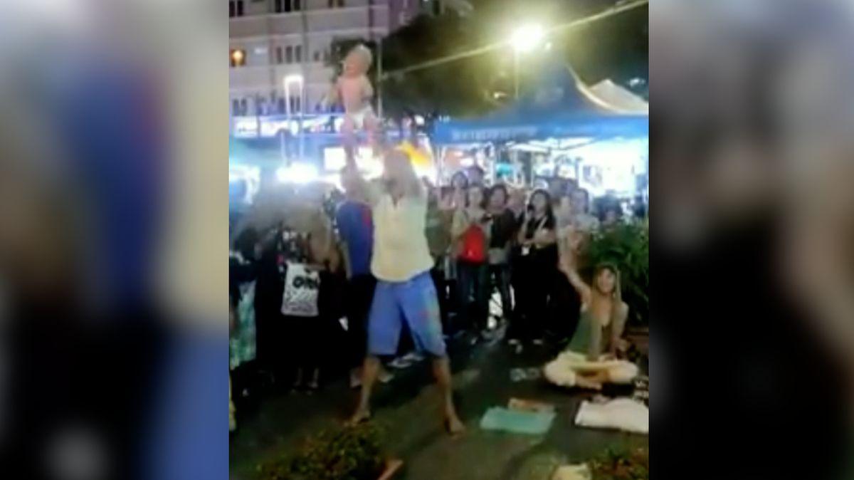 VMalajsii zadrželi ruský pár poté, co muž držel kojence za nohy a máchal sním na ulici