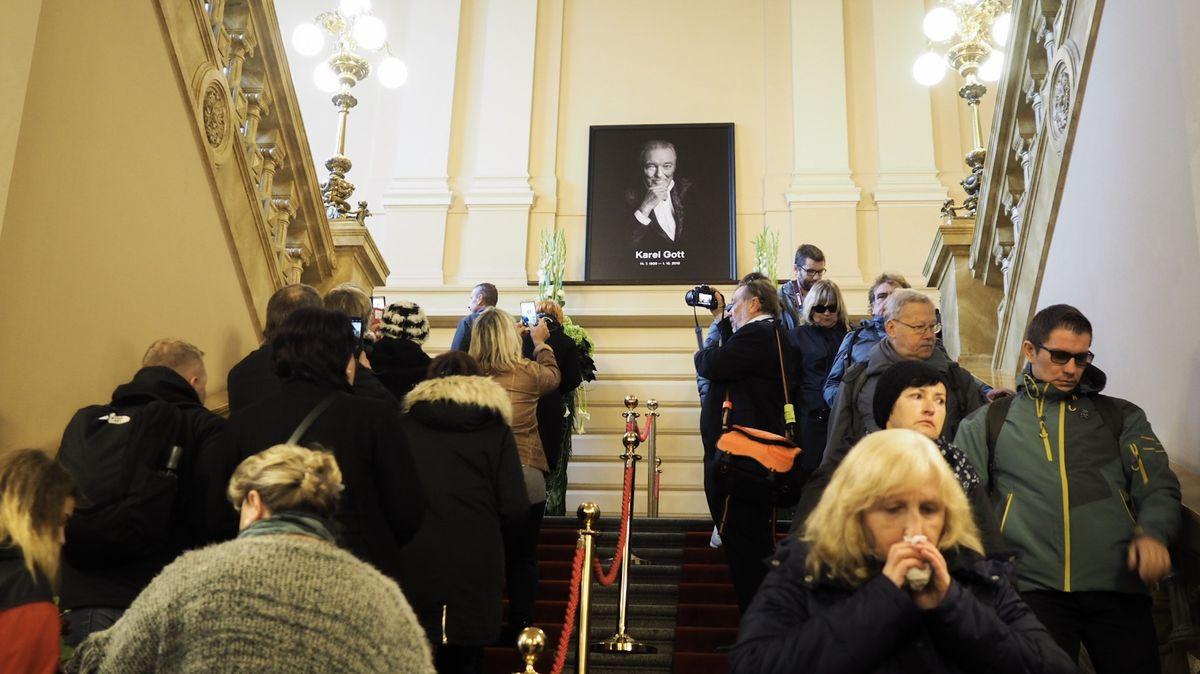 Gottova rozlučka včíslech: Miliony fanoušků uobrazovek, na Žofíně místo 100tisíc lidí jen půlka