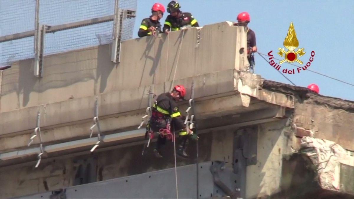 Přímý přenos: VJanově demolují zbytky mostu. Zřítil se zněj ičeský řidič