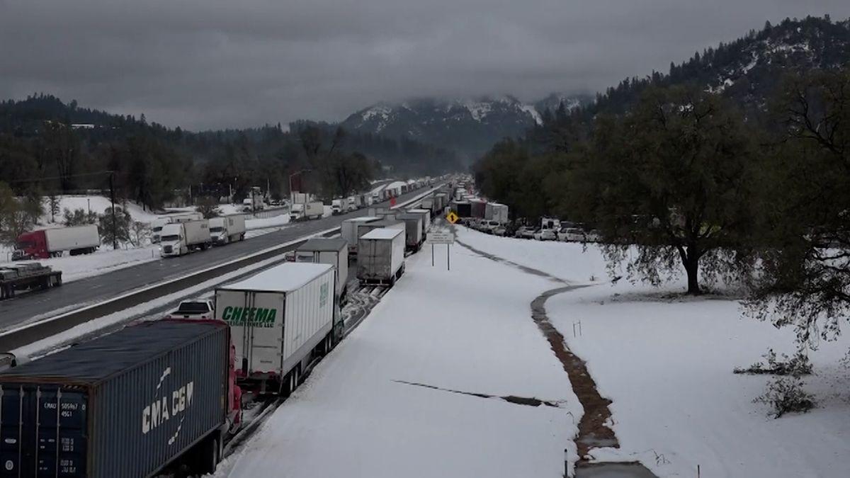 Video: Západ USA zasáhla zimní bouře. Kolabovala silniční iletecká doprava
