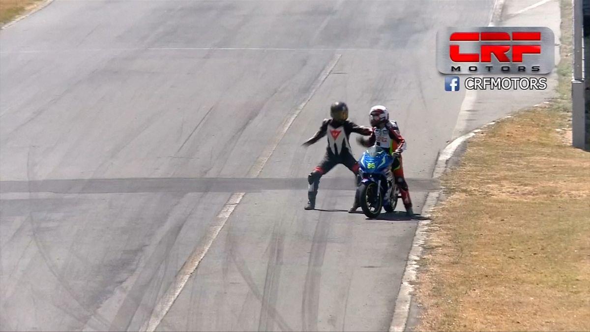 Šarvátka při závodech motorek přímo na dráze skončila dvouletým zákazem startu