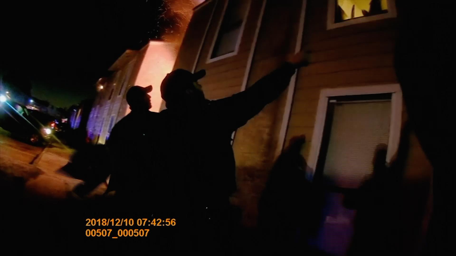 Plameny uvěznily malého chlapce vdomě, zachránil se skokem zokna do náručí policistů
