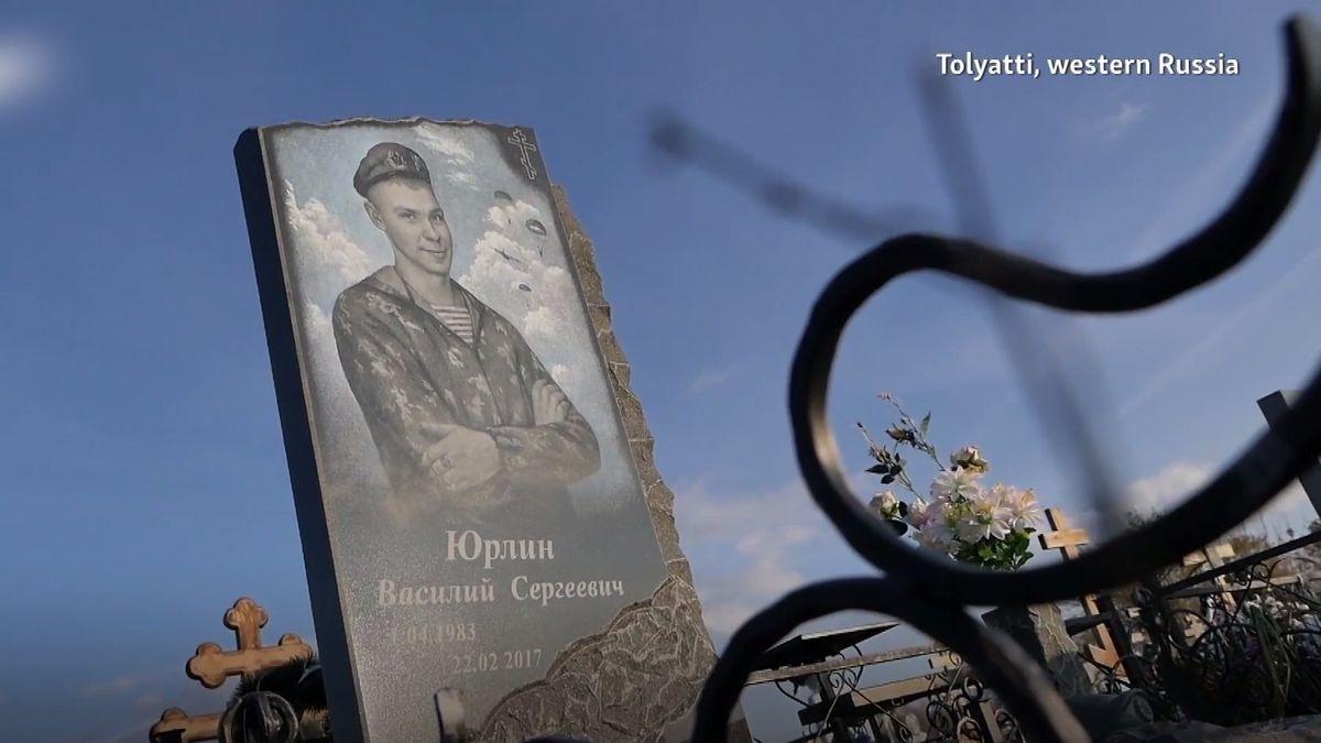 Hroby ruských žoldnéřů zahaluje tajemství. Při etnickém masakru mu zabili část rodiny, nyní svědčí proti jeho strůjcům a ukrajinský hladomor skrze unikátní fotografie