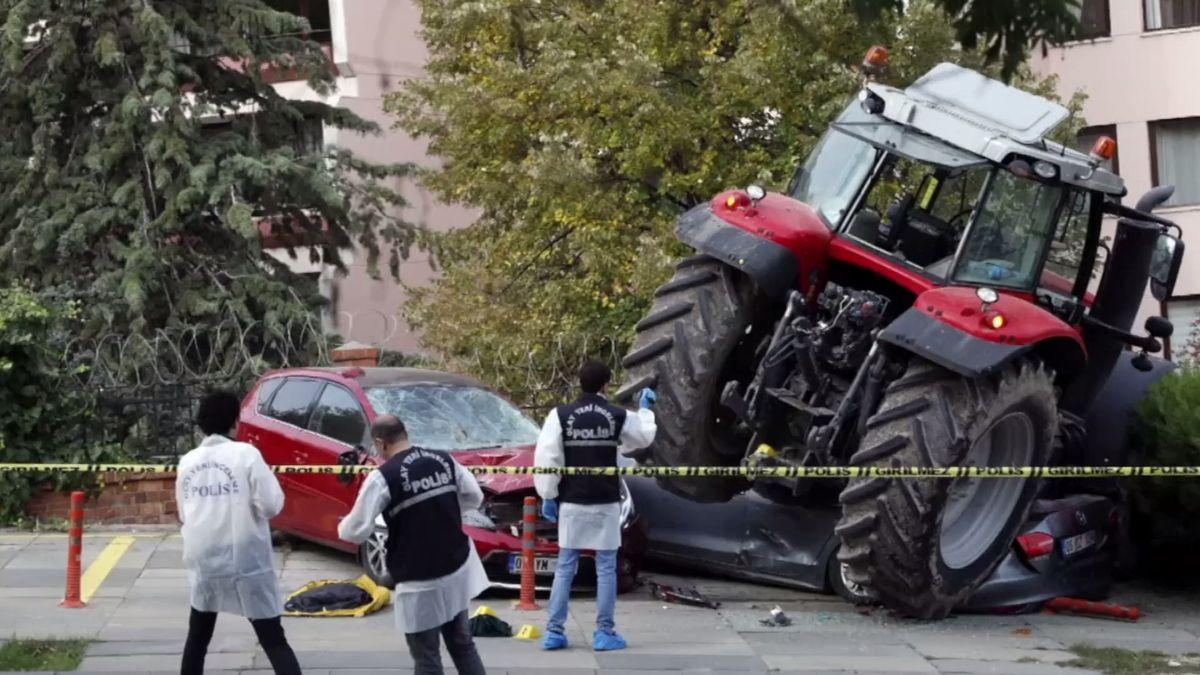 Policisté vTurecku postřelili řidiče traktoru. Mířil na izraelskou ambasádu, po cestě vrážel do aut