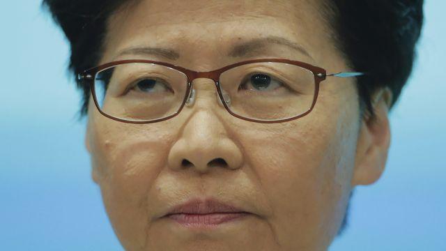 Správkyně Hongkongu Lamová se osobně omluvila, odstoupit ale odmítla