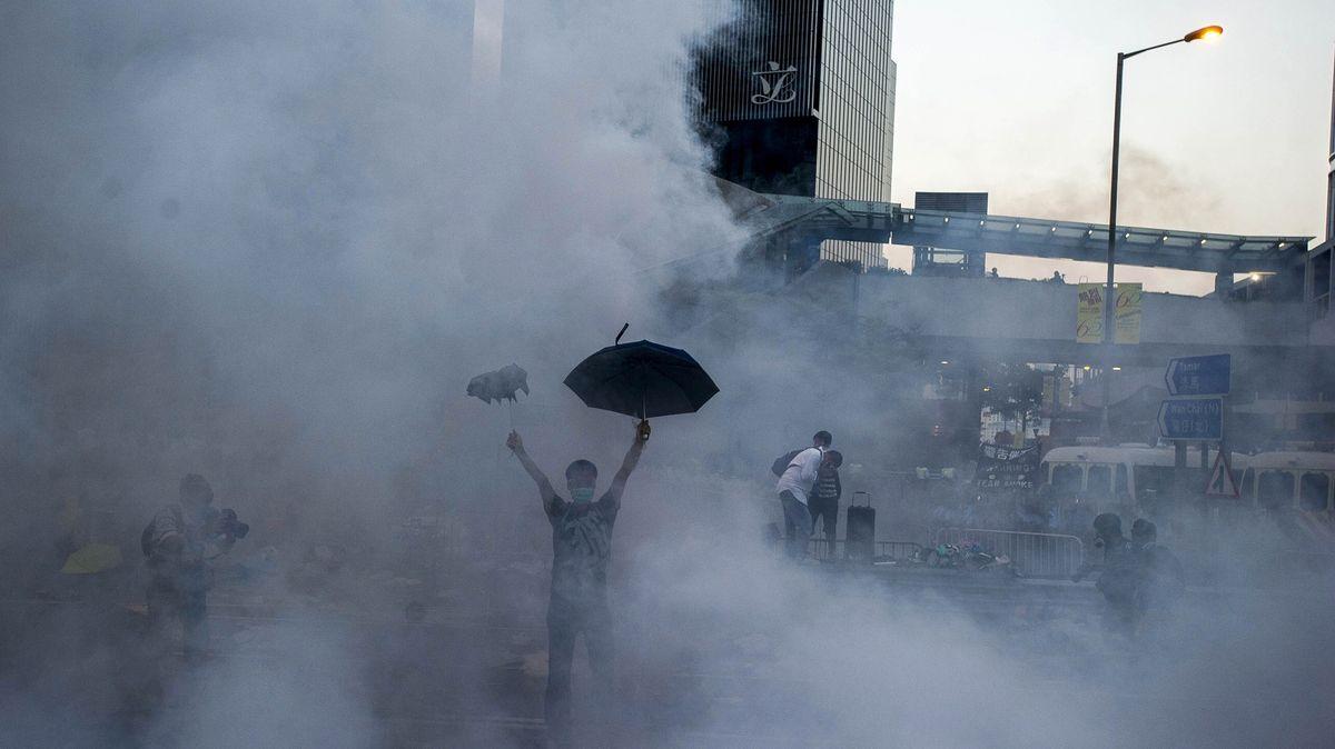 Nový rok vHongkongu začal dramaticky. Slzným plynem a zápalnými bombami