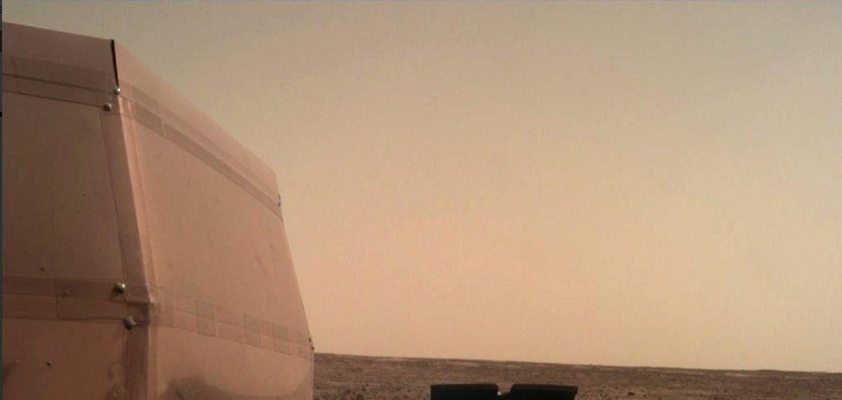 Sonda InSight na Marsu po mimořádně náročném přistání úspěšně otevřela solární panely