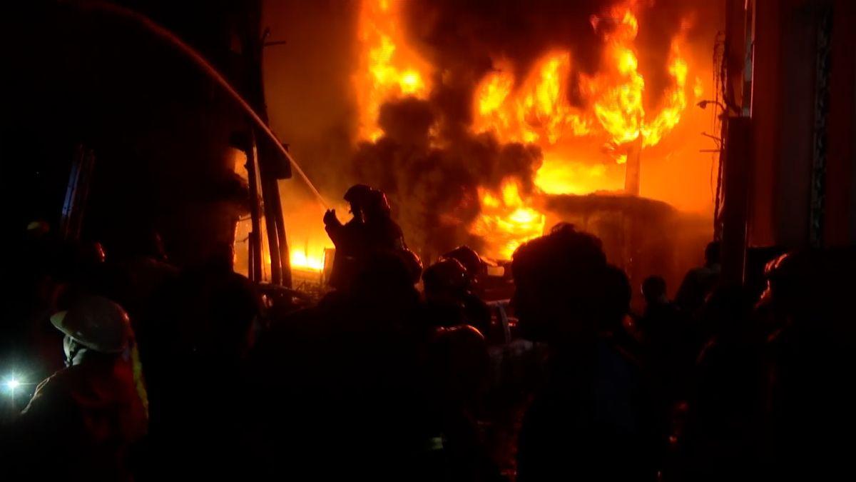 Požár vBangladéši si vyžádal nejméně 80mrtvých, počet obětí může růst