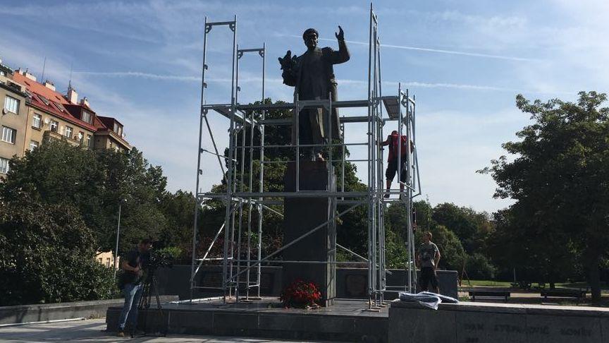 Akce proti zakrytí sochy Koněva skončila zadržením aktivisty, účastnil se mluvčí prezidenta iposlanci